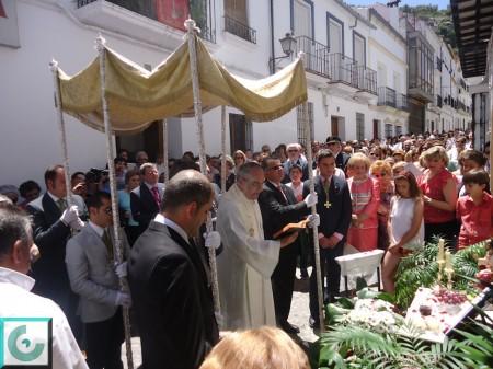 El párroco, Ilsefonso González, con la comitiva, en el altar de la calle Botica.