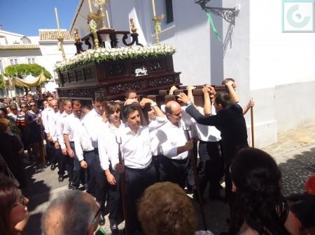 El paso con la sagrada forma, en la esquina de La Plaza con la calle Real.