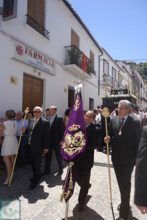 Miembros de la Hermandad, con sus distintivos.