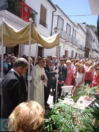Oración ante el altar.