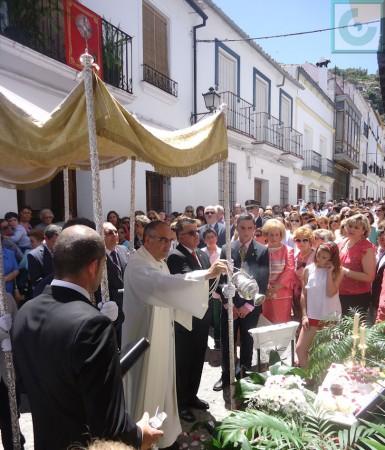 El párroco, Ildefonso González, echa incienso en al altar de la calle Botica.