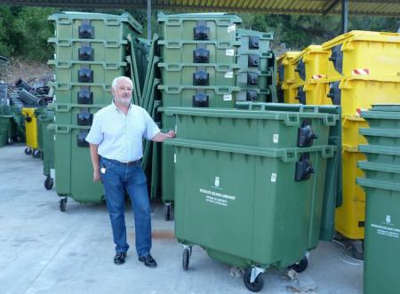 El alcalde de Ubrique, Manuel Toro, con los nuevos contenedores.