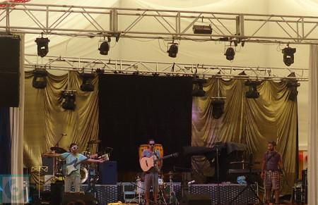 Pulido, Carlinga y Gorka, en el escenario de la Caseta Municipal el 11 de septiembre de 2013.