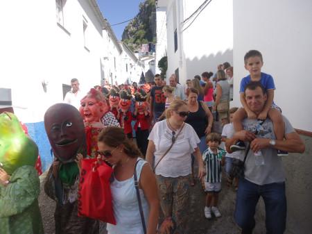 El desfile, por el casco antiguo.