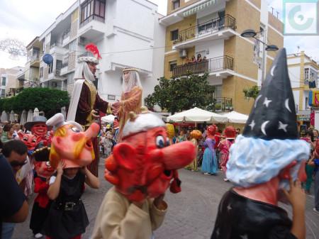 Cabezudos, en corro en torno a los Gigantes, en el centro de la avenida de España.