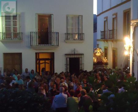La procesión, al final de la calle de Los Solanos, entrando en la plaza de la Trinidad.