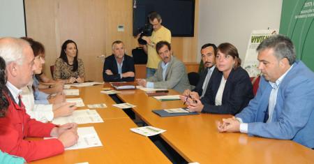 El alcalde de Ubrique, Manuel Toro, en la reunión presidida por la consejera de Vivienda.