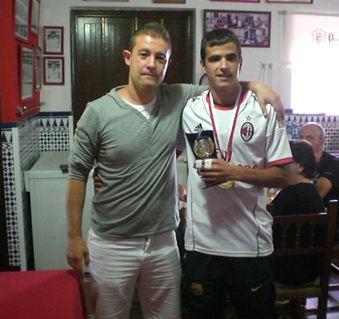El presidente del Comité Lccal de Fútbol Sala, Francisco Villanueva, entrega el trofeo de mejor jugador a Antonio Montero, del Estudiantes.