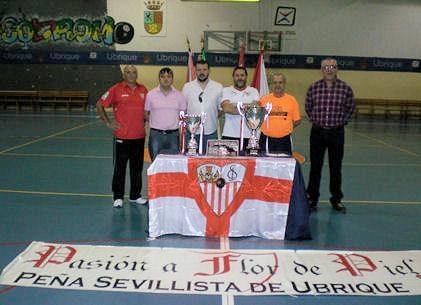 Los directivos de la Peña Manuel Sígler, Francisco Pérez León, José Daniel Gómez, Juan Manuel Román, Migel Bautista y Jerónimo Gómez, con los trofeos.