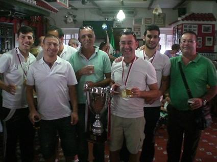Técnicos y jugadores del Estudiantes, con la copa de campeón.