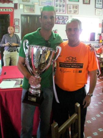 El presidente de la Peña Sevillista, Miguel Bautista, entrega el trofeo de campeón al capitán del Estudiantes, Pedro Venegas.