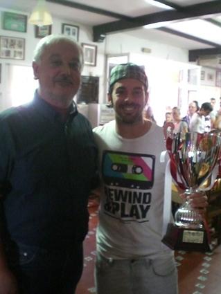 El alcalde entrega el trofeo de subcampeón al capitan de Revolución.