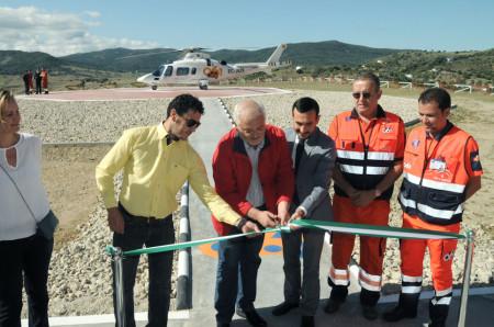 El alcalde y el delegado del Gobierno de la Junta en Cádiz inauguran el helipuerto de Ubrique.