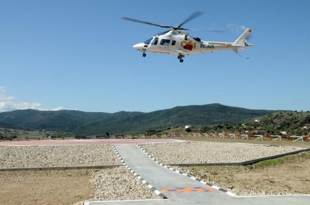 Un helicóptero del 061 sobrevuela el helipuerto de Ubrique.