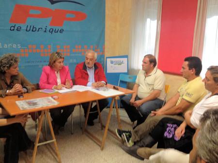 Reunión de la parlamentaria del PP Ruiz-Sillero y el alcalde, con directivos de la Plataforma de Desempleados de Ubrique.