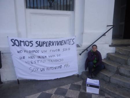 Silvia Naranjo, junto a la pancarta en la escalinata del Ayuntamiento.