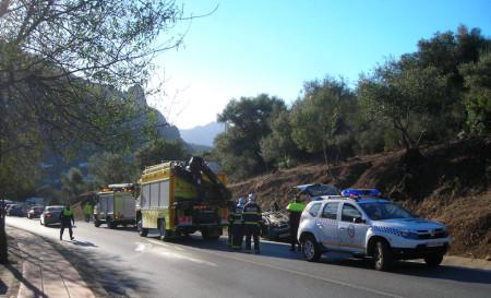 Los bomberos, ante el vehículo siniestrado.