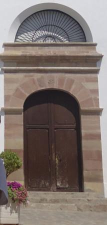 Puertas de entrada a la parroquia, en mal estado.
