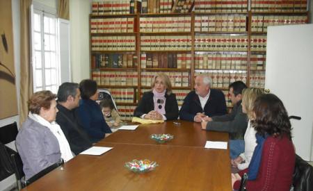 Participantes en el acto de entrega de la recaudación.