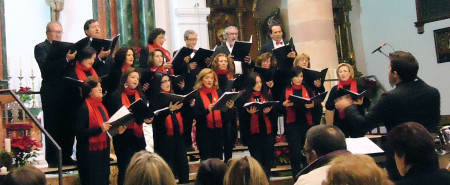 La Coral Polifónica de la Escuela Municipal de Música, dirigida por José García Fernández.