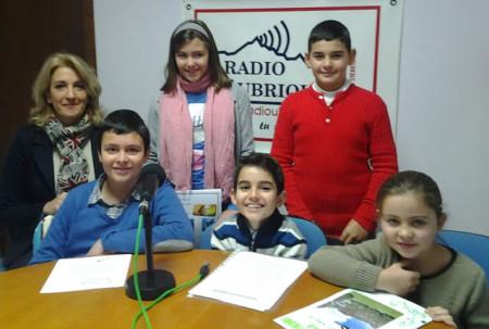 Los cinco alumnos premiados del colegio Ramón Crossa, con la concejal de Cultura, Josefina Herrera (Foto: Radio Ubrique).