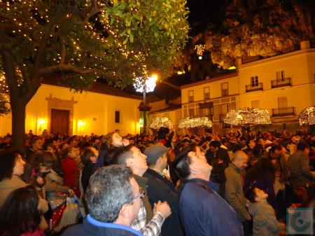 Una multitud, a la espera de los regalos que lanzaban los Reyes Magos desde el balcón del Ayuntamiento.