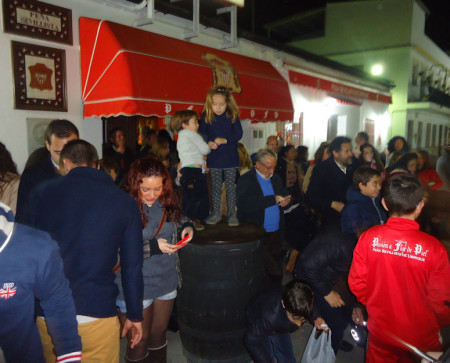 Público recibiendo a los Reyes Magos a las puertas de la Peña Sevillista.