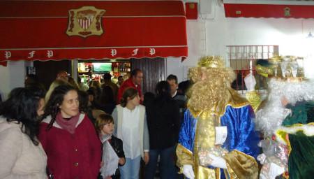 Los Reyes Magos, a su llegada a la Peña Sevillista.