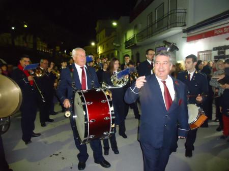 La Agrupación Musical Ubriqueña, a las puertas de la sede de la Peña Sevillista de Ubrique.