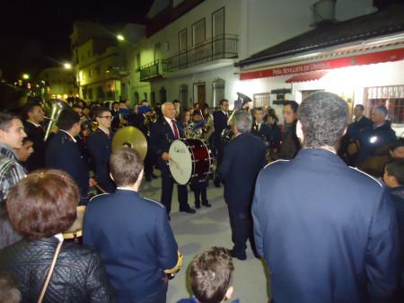La Agrupación Musical Ubriqueña, durante su interpretación de temas navideños a las puertas de la Peña Sevillista.
