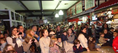 Público asistente al reparto de regalos en la sede de la Peña Sevillista.