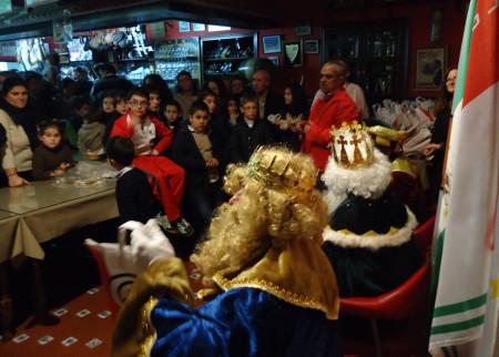 Los Magos de Oriente, con el presidente de la Peña Sevillista, Miguel Bautista, ante el público asistente.