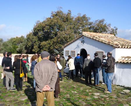 Algunos de los asistentes al acto en el cementerio de la Sauceda.