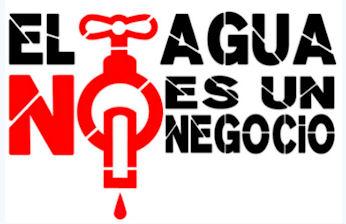 Cartel de IU en defensa del servicio público del agua.