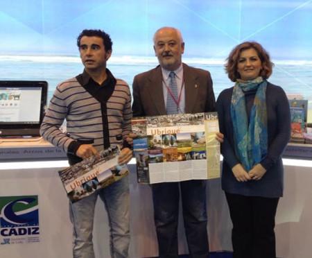 El alcalde, Manuel Toro, con el concejal de Turismo, Víctor Chaves, y la técnica de desarrollo turístico, Maite Ríos, en Fitur.