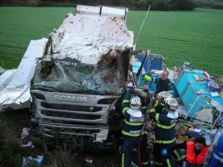 Intervencion de los bomberos tras el accidente del camión.