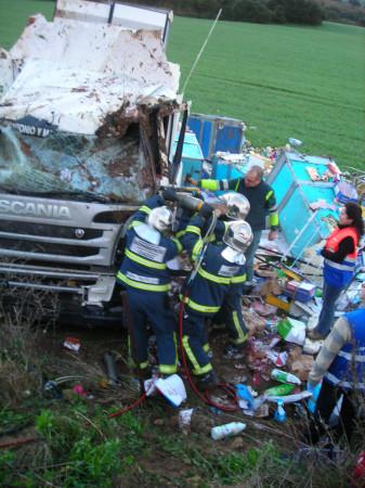 Intervención de los bomberos para rescatar al conductor.