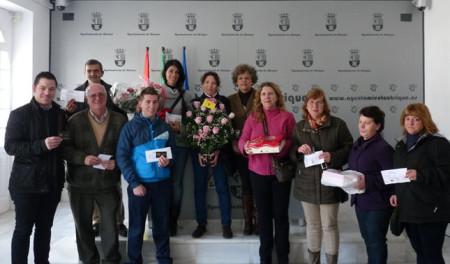 Los premiados, con la concejal de Comercio, Pepi Gloria Pérez (Foto de la web municipal).