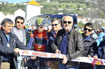El alcalde de Ubrique, Manuel Toro, corta la cinta de salida de la 4ª etapa.