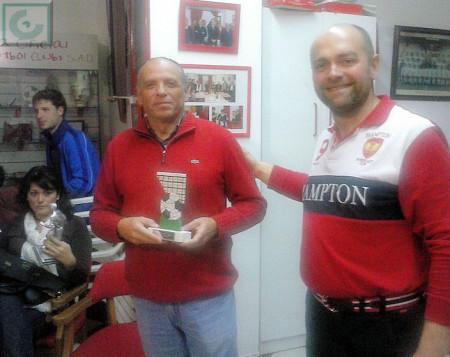 El secretario de la Peña Sevillista de Ubrique, Manuel Sígler, recoge un regalo de agradecimiento por la participación de la entidad en el trofeo.