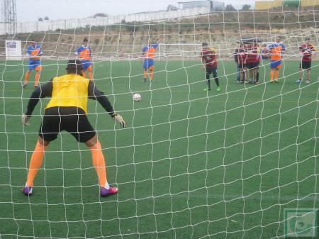 El portero del equipo de la Peña de Ubrique defiende un penalti.