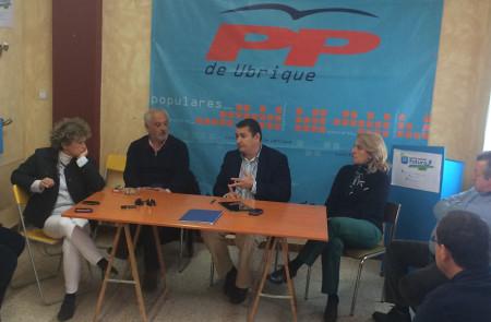 Antonio Sanz, con el miembros del comité local del PP de Ubrique.