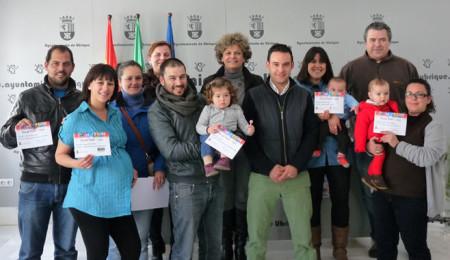 Los premiados, con la concejal de Comercio, Pepi Gloria Pérez (Foto: web municipal).