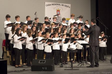 El Coro de Voces Blancas, dirigido por Juan Antonio Aibar, durante su actuación.