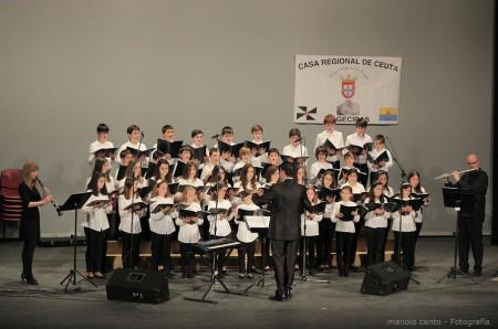 El Coro de Voces Blancas, dirigido por Juan Antonio Aibar, durante su actuación, con acompañamiento musical de profesores de la Escuela Municipal de Música de Ubrique.