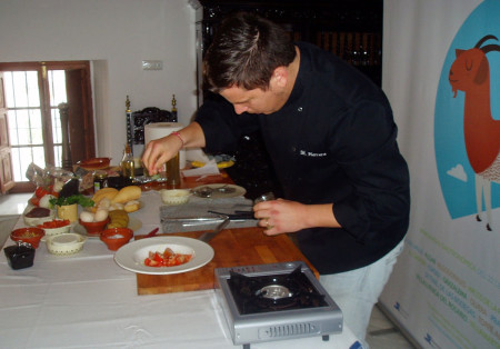 Miguel A. Herrera Benítez (El Cuchareo), en el taller de cocina.