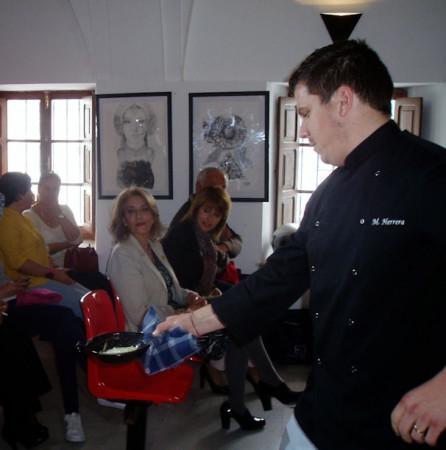 El chef del taller de cocina muestra una de sus creaciones culinarias (Foto: Paco Solano).