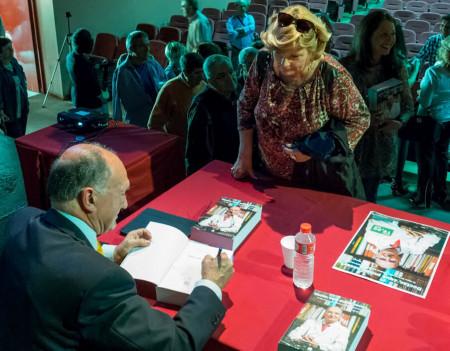 El doctor Antonio Rodríguez Carrión firma libros al finalizar la presentación.