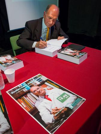El doctor Rodríguez Carrión, durante la firma de libros.