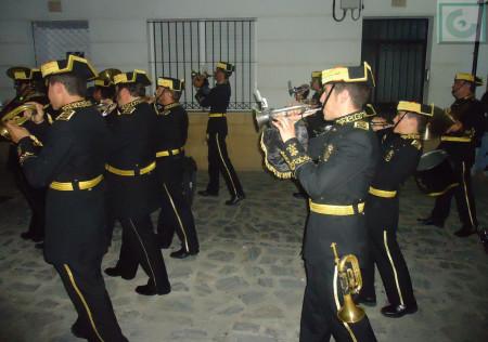 La Agrupación Musical de Nuestra Señora de la Caridad de Sanlúcar, con atuendo de guardias civiles.